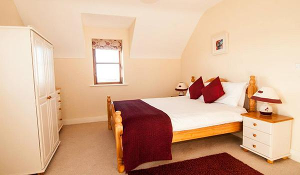 Roadford House Doolin white Guestroom with double size bed